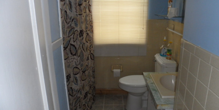1110 Gimon Cir W Bathroom
