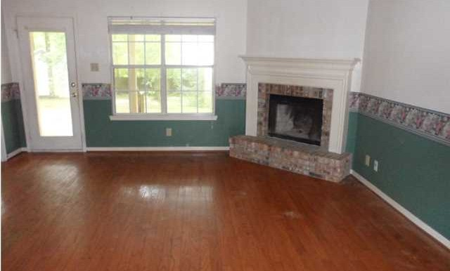 1120 Wellington Ct S Living Room