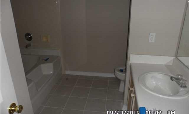 649 Spring Lake Dr W Master Bathroom