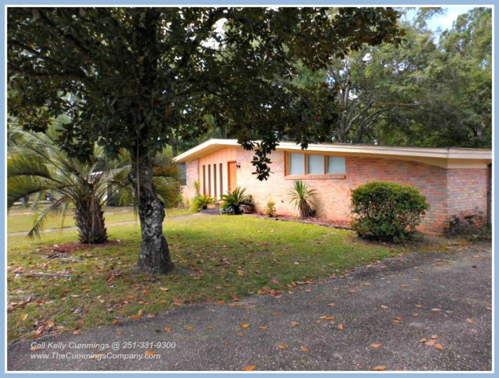 Established Landscaping at this Foreclosure in Mobile AL