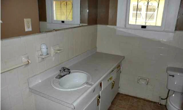 164 Williams St Mobile AL 36606 Bathroom